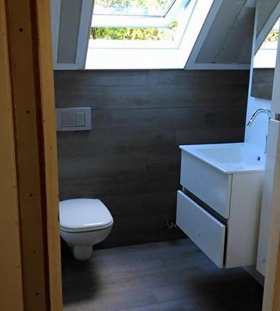 Kledingkast omgebouwd tot toilet gelegenheid